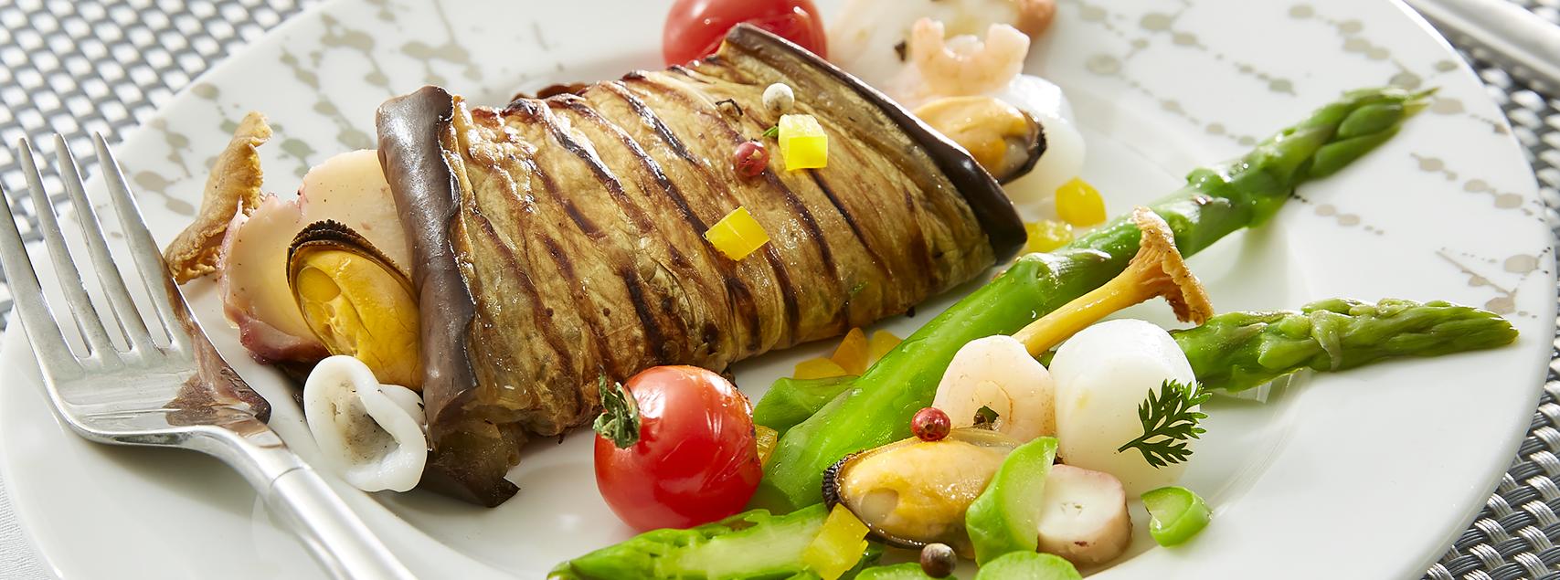 Roulé d'aubergines aux fruits de mer et petits légumes